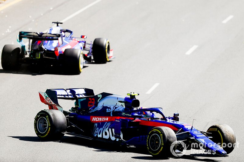 Alexander Albon, Toro Rosso STR14 with a broken front nose after spinning with Daniil Kvyat, Toro Roso STR14 driving by