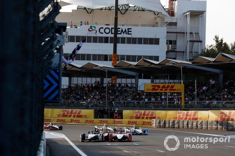 Lucas Di Grassi, Audi Sport ABT Schaeffler, Audi e-tron FE05, contacta a Pascal Wehrlein, Mahindra Racing, M5 Electro mientras pasa la línea de meta