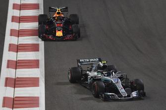 Valtteri Bottas, Mercedes AMG F1 W09 EQ Power+ et Max Verstappen, Red Bull Racing RB14