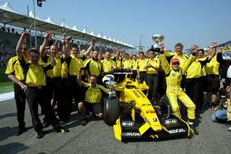 Джанкарло Фізікелла і команда Jordan святкую перемогу на Гран Прі Бразилії