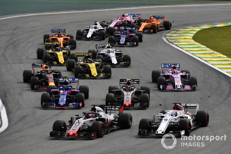Contact entre Marcus Ericsson, Sauber C37 et Romain Grosjean, Haas F1 Team VF-18 au départ