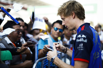 Brendon Hartley, Scuderia Toro Rosso, signs an autograph