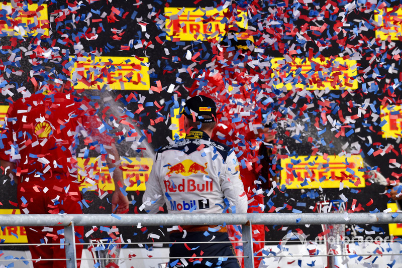 Макс Ферстаппен, Red Bull Racing, святкує з шампанським на подіумі