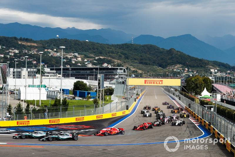 En el primer giro, Hamilton se pasó ligeramente, pero luego pudo aprovechar el rebufo de su compañero