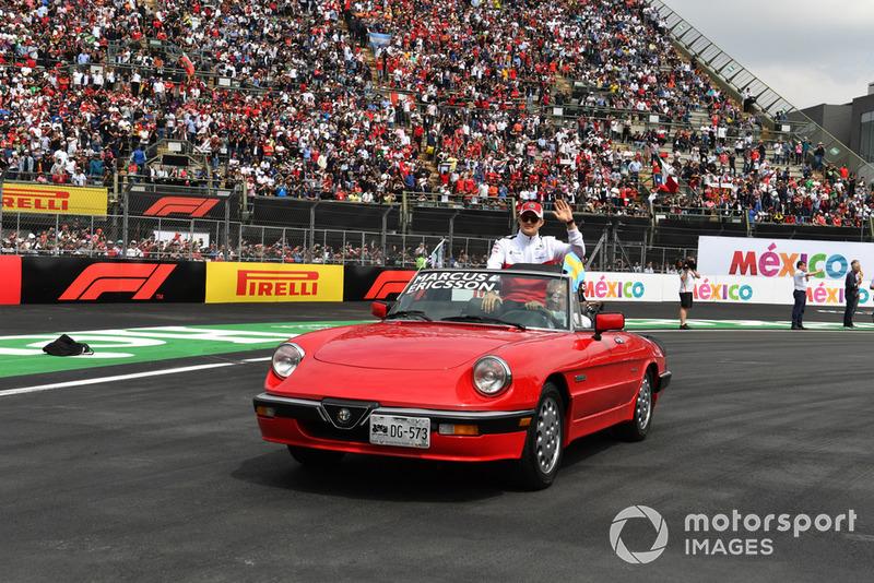 Marcus Ericsson, Sauber en el desfile de pilotos y Fernando Alonso, McLaren