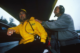 Ron Dennis, director del equipo de McLaren intenta relajar a Eddie Jordan, director del equipo Jordan Grand Prix