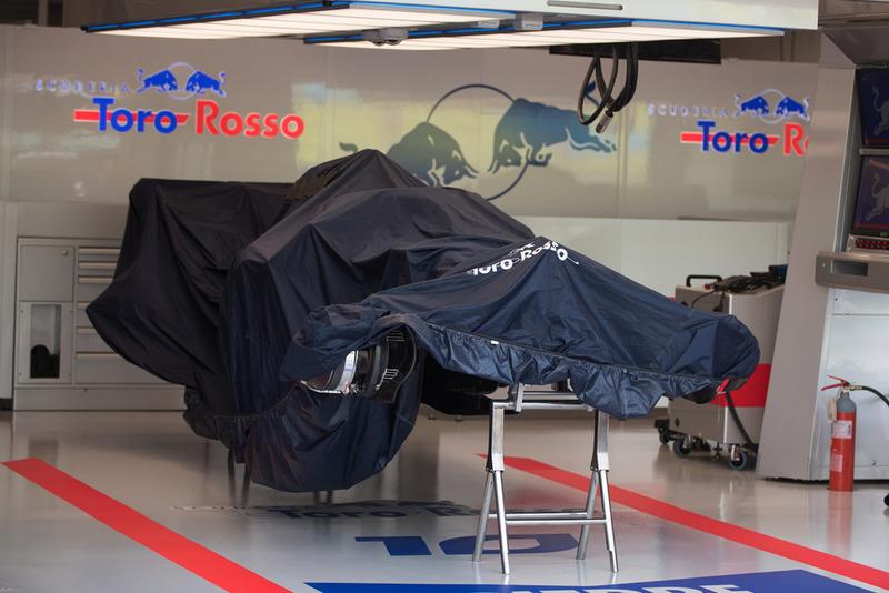 Scuderia Toro Rosso STR13, sotto un telo nel garage