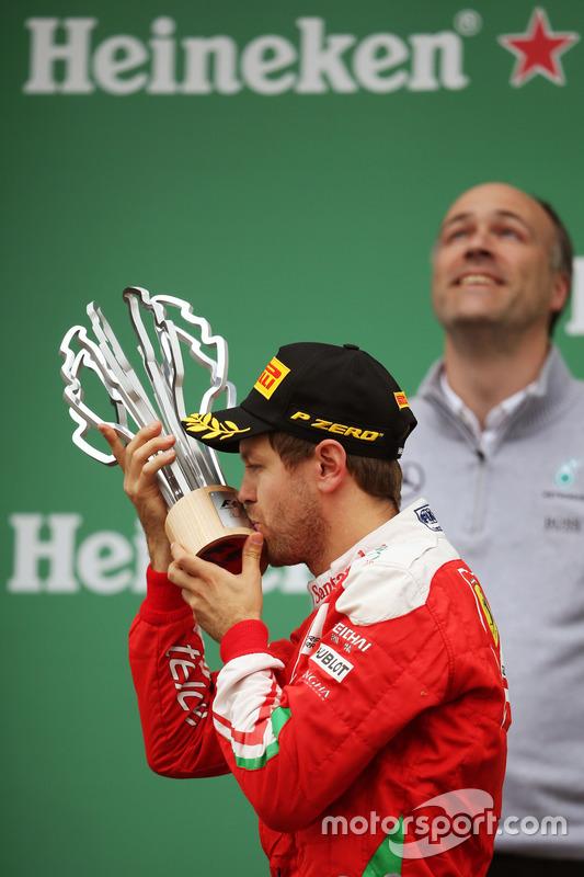 Себастьян Феттель, Ferrari, святкує своє друге місце на подіуму