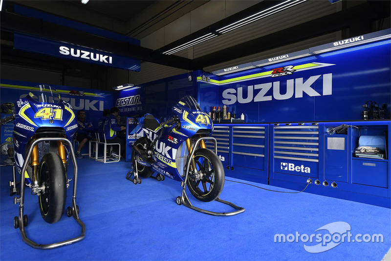 team suzuki motogp garage at spanish gp. Black Bedroom Furniture Sets. Home Design Ideas