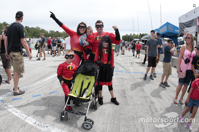 The Incredible family on pitlane