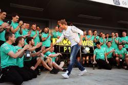 Победитель Нико Росберг, Mercedes AMG F1 Team празднует свою победу с командой