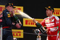 Перше місце - Макс Ферстаппен, Red Bull Racing та, третє місце, Себастьян Феттель, Ferrari