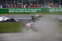 Sergio Perez, Force India VJM11, in het gras na contact met Carlos Sainz Jr., Renault Sport F1 Team R.S. 18