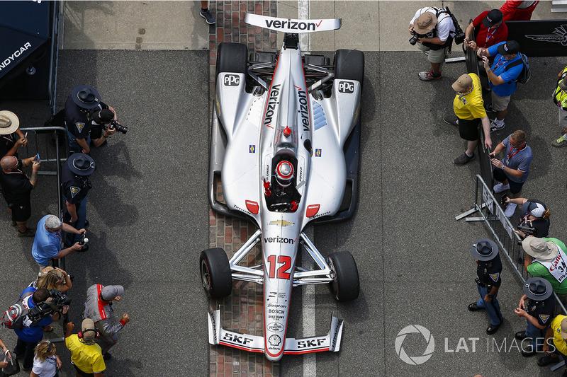 Il vincitore della gara Will Power, Team Penske Chevrolet, entra nel victory circle