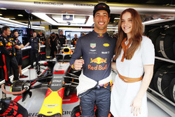 Daniel Ricciardo, Red Bull Racing, con la modelo Barbara Palvin en el garaje Red Bull