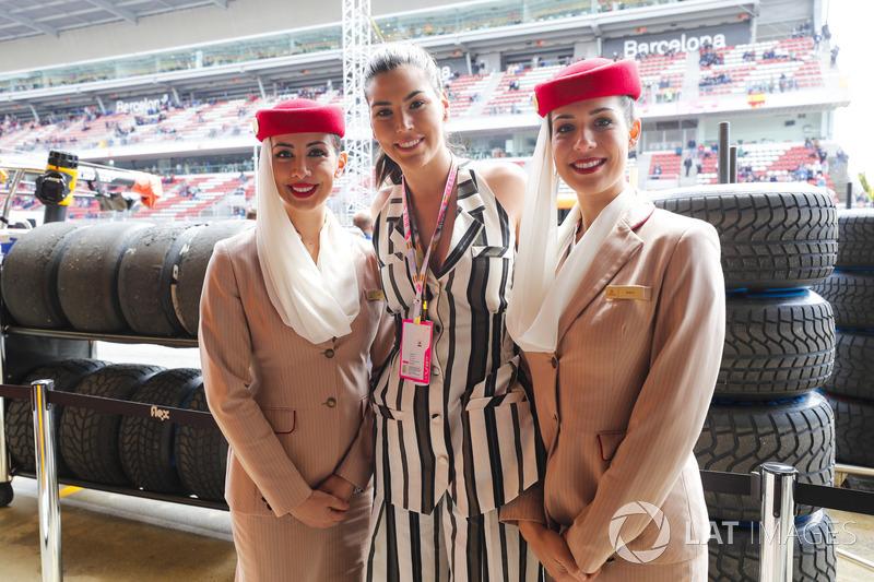 Las azafatas de Emirates posan con Miss Universo