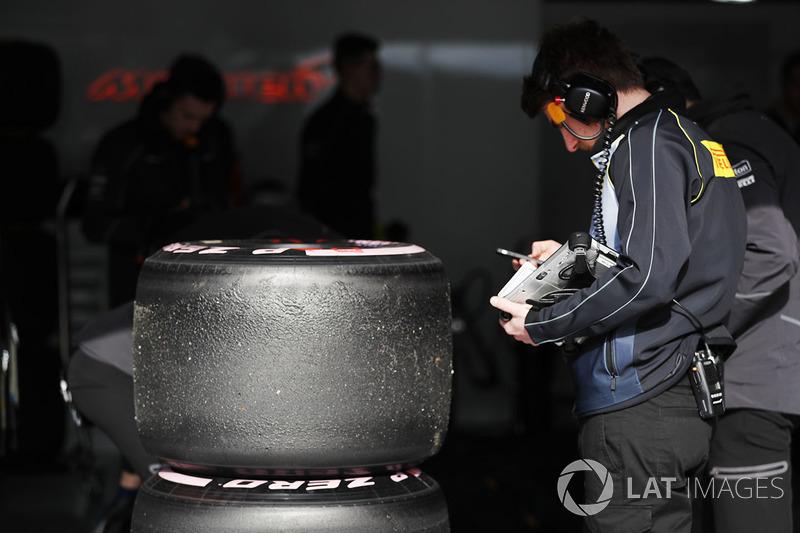 Техник Pirelli за работой