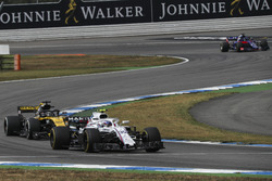 Sergey Sirotkin, Williams FW41 y Nico Hulkenberg, Renault Sport F1 Team R.S. 18