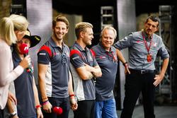 Гонщики Haas F1 Team Ромен Грожан и Кевин Магнуссен, владелец команды Джин Хаас, руководитель команды Гюнтер Штайнер