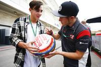Сантіно Ферруччі, Haas F1 Team, роздає автографи