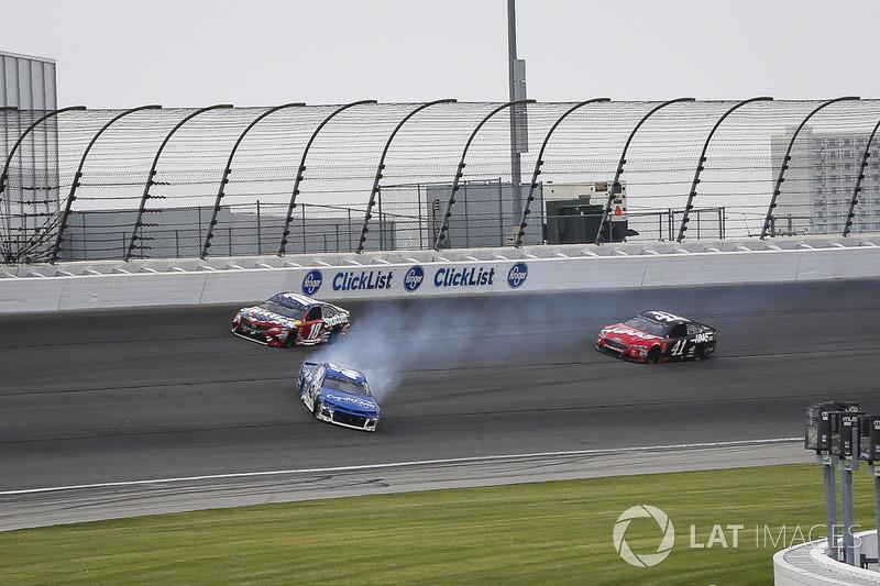 Kyle Larson, Chip Ganassi Racing, Chevrolet Camaro Credit One Bank, va in testacoda dopo il contatto con Kyle Busch, Joe Gibbs Racing, Toyota Camry Skittles Red White & Blue