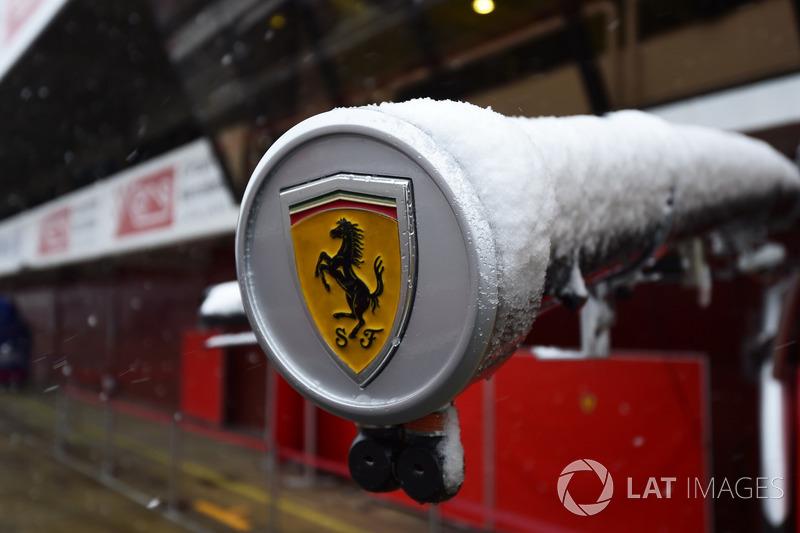 Эмблема Ferrari на заснеженной штанге