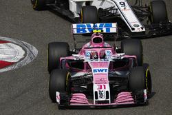 Esteban Ocon, Force India VJM11 Mercedes, Marcus Ericsson, Sauber C37 Ferrari