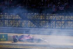 Sergio Pérez, Force India VJM11, se estrella en un tablero publicitario al principio