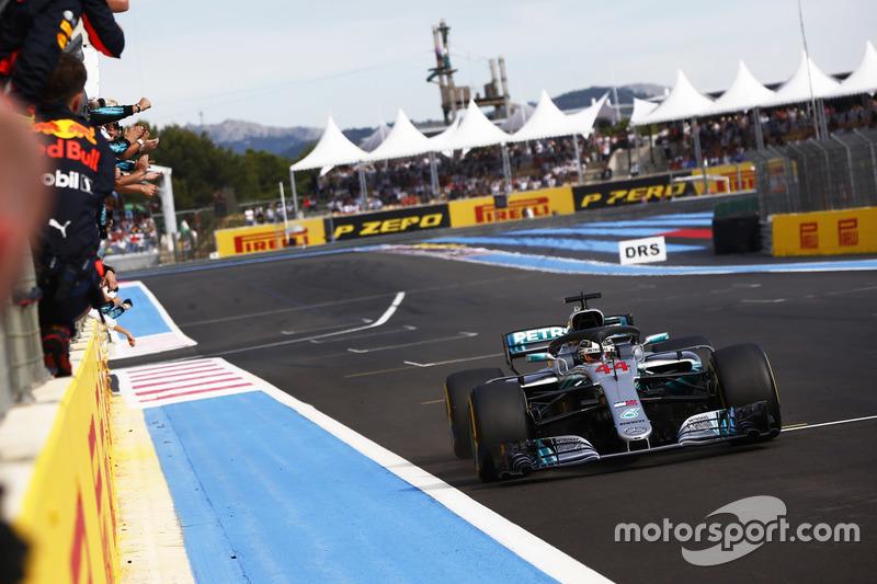 Hamilton ve Mercedes yarış zaferini kutluyor