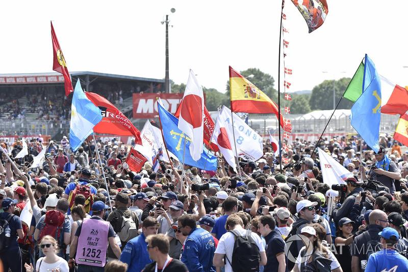 Fans met vlaggen