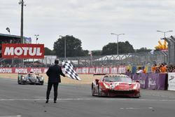 #85 Keating Motorsports Ferrari 488 GTE: Ben Keating, Jeroen Bleekemolen, Luca Stolz, passe la ligne d'arrivée