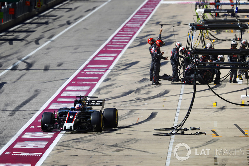 Romain Grosjean, Haas F1 Team VF-17, sale de pit box