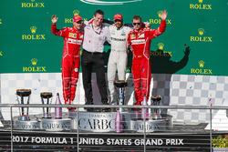 Sebastian Vettel, Ferrari, James Allison, Mercedes, race winner Lewis Hamilton, Mercedes AMG F1 y Kimi Raikkonen, Ferrari celebran