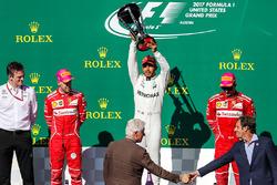 Race winner Lewis Hamilton, Mercedes AMG F1 celebrates on the podium with former US President former US President Bill Clinton, the trophy alongside second place Sebastian Vettel, Ferrari, James Allison, Mercedes Technical Director and third place Kimi Rai