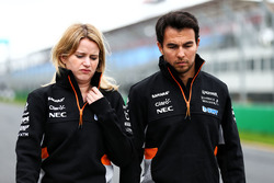 Sergio Pérez, Sahara Force India F1,  Bernadette Collins, Sahara Force India F1 Team Performance y ingeniero de estrategia caminan por el circuito