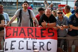 Des fans et une bannière pour Charles Leclerc, Prema Racing