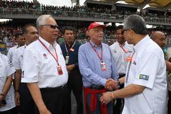 Niki Lauda, jefe no ejecutivo de Mercedes AMG F1 y Najib Razak, primer ministro malasio y Tan Sri Azman, jefe de Sepang