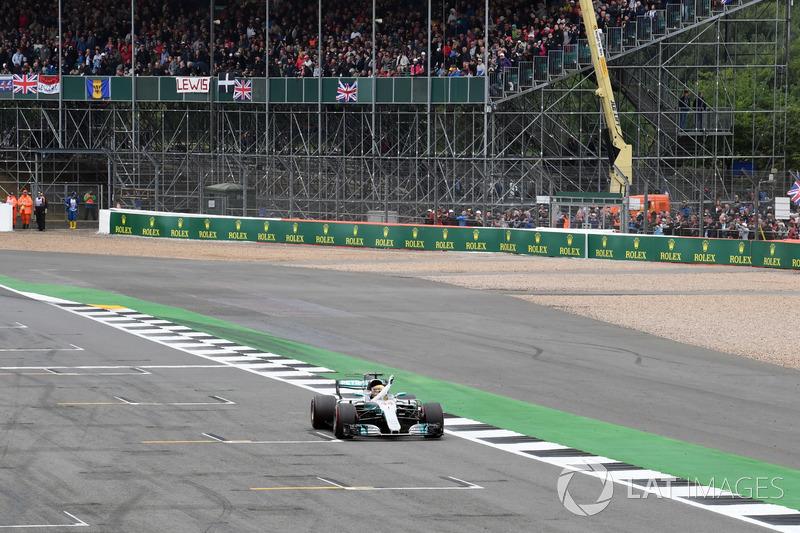 Pole sitter Lewis Hamilton, Mercedes-Benz F1 W08  celebrates
