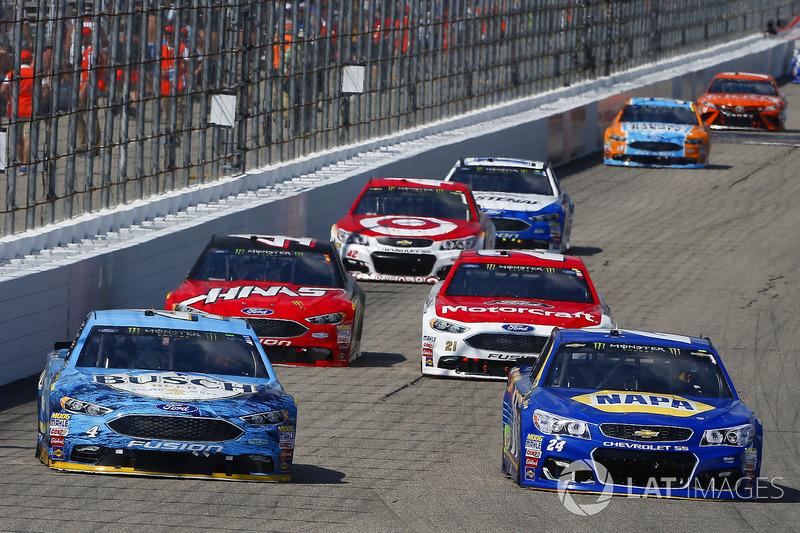 Chase Elliott, Hendrick Motorsports Chevrolet, Kevin Harvick, Stewart-Haas Racing Ford