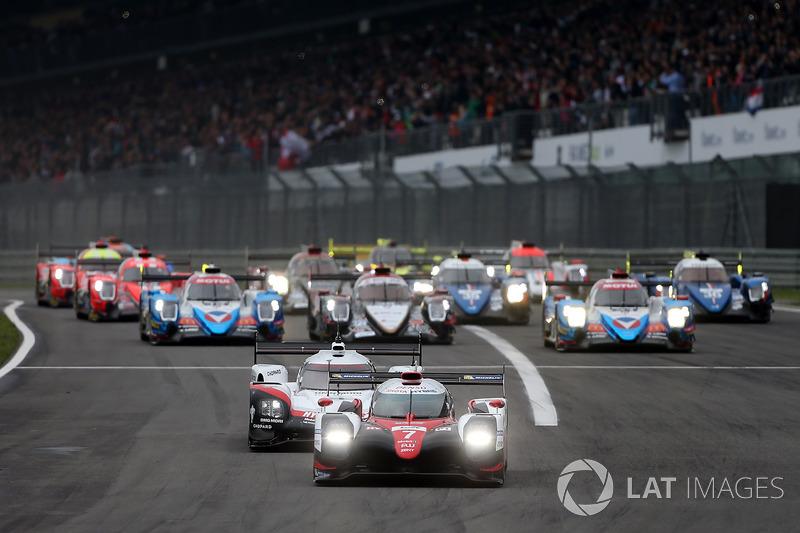 Start: #7 Toyota Gazoo Racing Toyota TS050 Hybrid: Майк Конвей, Камуі Кобаясі, Хосе Марія Лопес лідирують у гонці