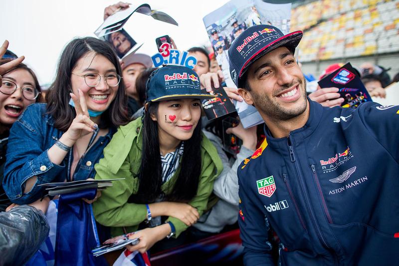 Гран Прі Китаю. Даніель Ріккардо, Red Bull Racing, з фанатами
