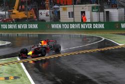Daniel Ricciardo, Red Bull Racing RB13 runs wide