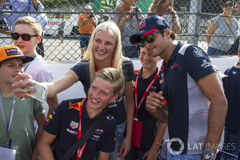 Carlos Sainz Jr., Scuderia Toro Rosso fans selfie