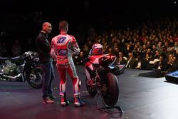 Casey Stoner und Claudio Domenicali, Vorstandschef Ducati mit der 1299 Superleggera