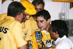 Peter Warr, Lotus-Teammanager; Steve Hallam, Lotus-Ingenieur; Ayrton Senna, Lotus; Osamu Goto, Honda-Rennleiter