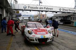 Pit stop, #30 Frikadelli Racing Team, Porsche 991 GT3-R: Klaus Abbelen, Sabine Schmitz, Andreas Ziegler