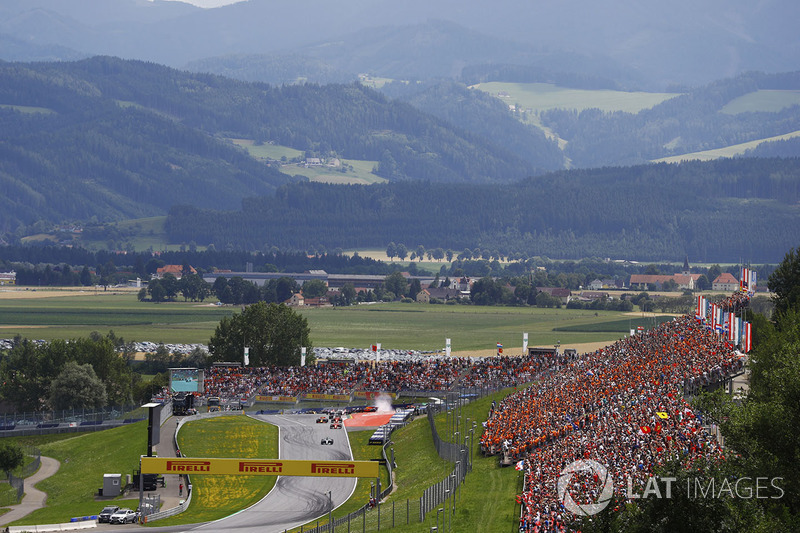 A scenic view of the start. Valtteri Bottas, Mercedes AMG F1 W08, Sebastian Vettel, Ferrari SF70H, Daniel Ricciardo, Red Bull Racing RB13, Kimi Raikkonen, Ferrari SF70H, Romain Grosjean, Haas F1 Team VF-17, Lewis Hamilton, Mercedes AMG F1 W08, Sergio Perez, Sahara Force India F1 VJM10 and Esteban Ocon, Sahara Force India F1 VJM10. Behind, Max Verstappen, Red Bull Racing RB13, spins after contact from Fernando Alonso, McLaren and Daniil Kvyat, Scuderia Toro Rosso STR12