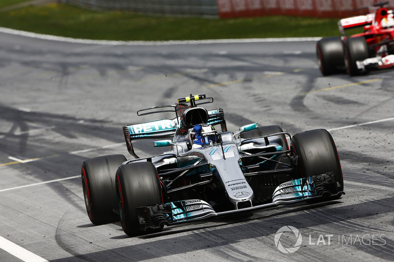 Valtteri Bottas, Mercedes AMG F1 W08, devant Sebastian Vettel, Ferrari SF70H