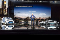 Dr. Dieter Zetsche, Chairman of the Board of Management van Daimler AG en Head of Mercedes-Benz Cars, met de showcar Mercedes-AMG Project ONE en de smart vision EQ fortwo