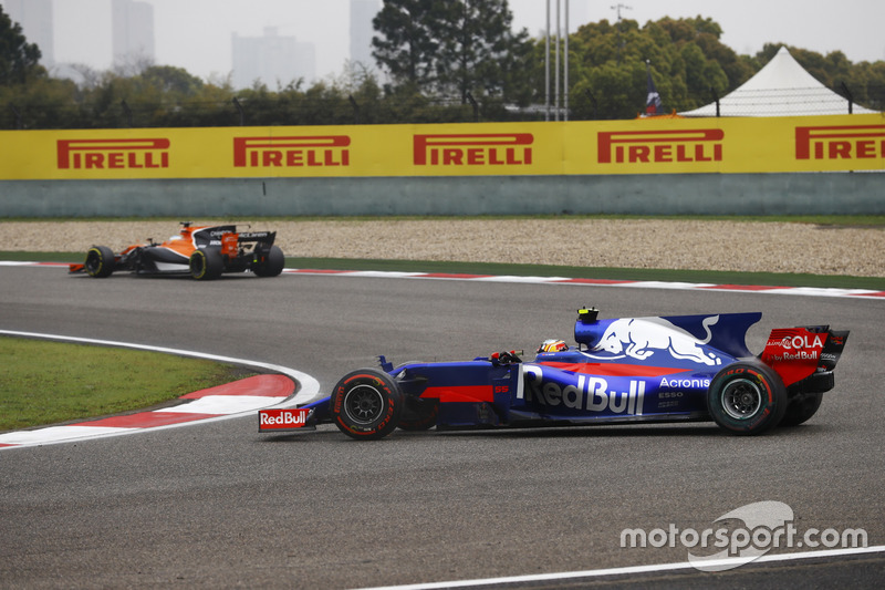 Carlos Sainz Jr., Scuderia Toro Rosso STR12, recovers from a spin in the opening stages of the race